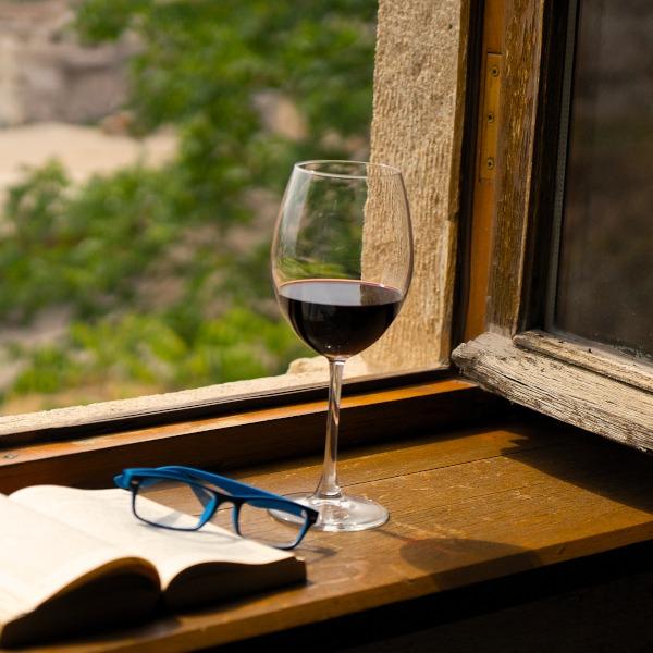 Bio Wein auf Fensterbank