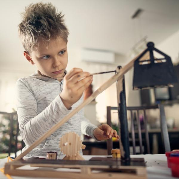 Slider Kind mit nachaltigem kreativ Speilzeug